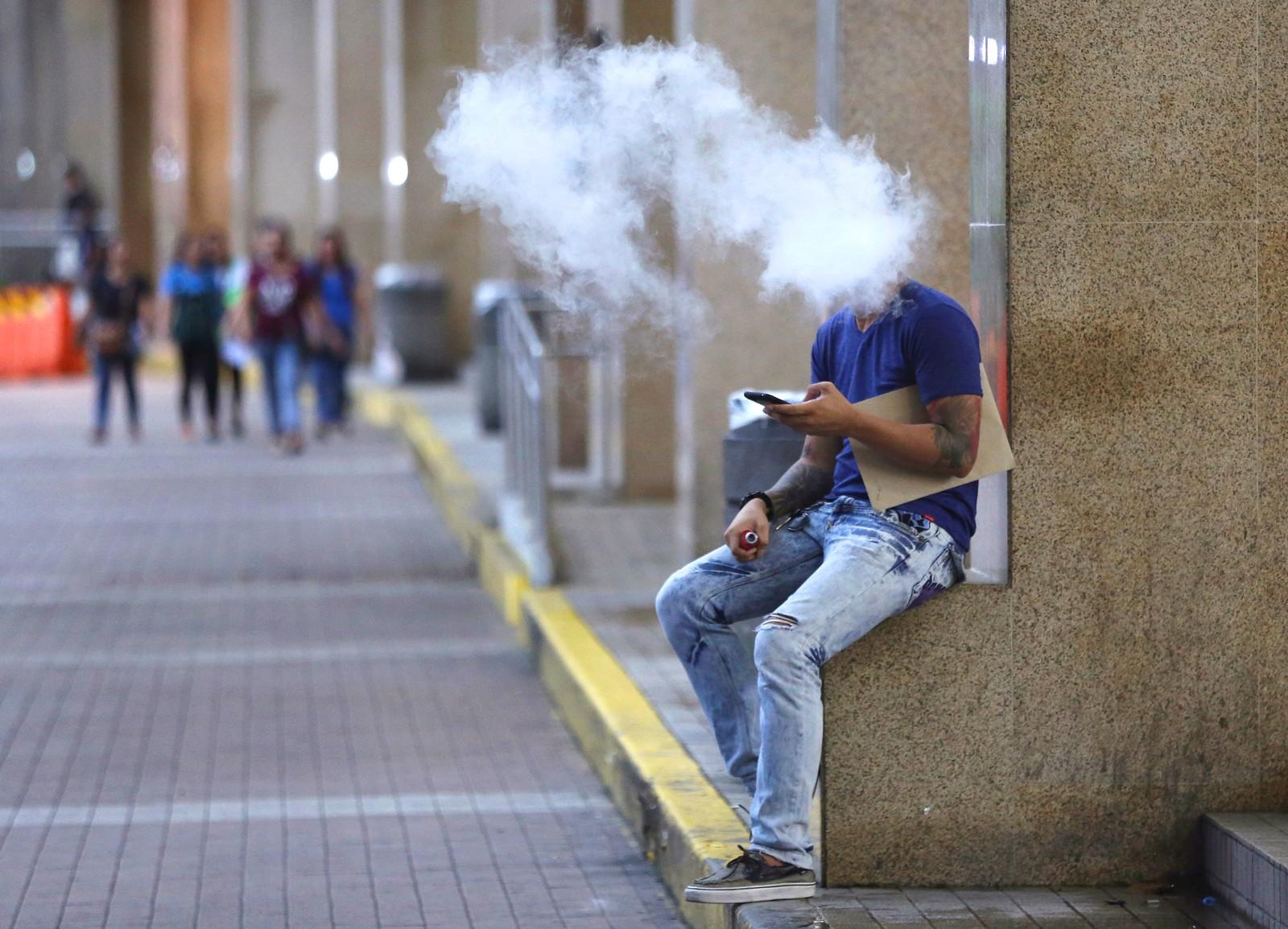 Filippinenes president, Rodrigo Duterte, innfører røykeforbud på alle offentlige plasser. Forbudet skal gjelde både utendørs og innendørs. Denne mannen bruker en elektronisk sigarett. De skal forbys.