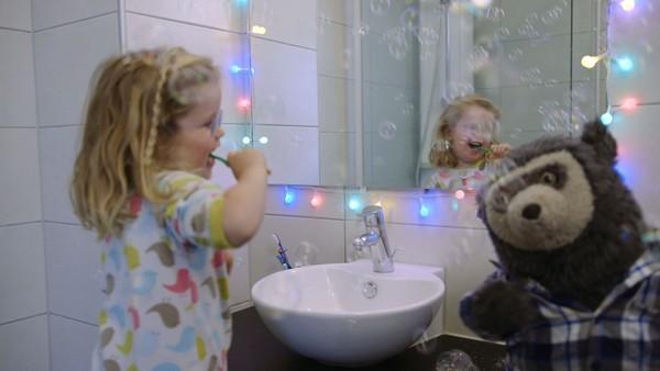 Norsk dramaserie. Tannpuss. Ruby gleder seg til at mamma skal lese eventyr, men først må hun pusse tenner og det har ikke Ruby noe lyst til.