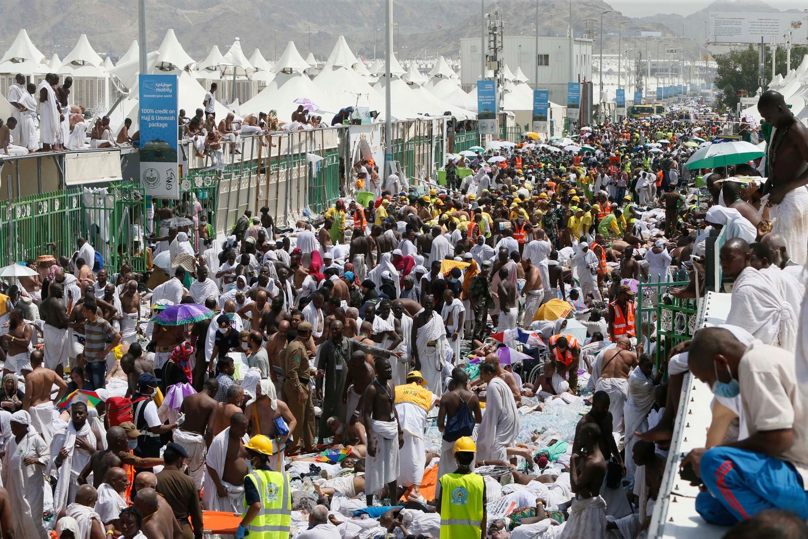 Pilegrimer og redningspersonell på stedet der over 700 mennesker ble trampet i hjel.