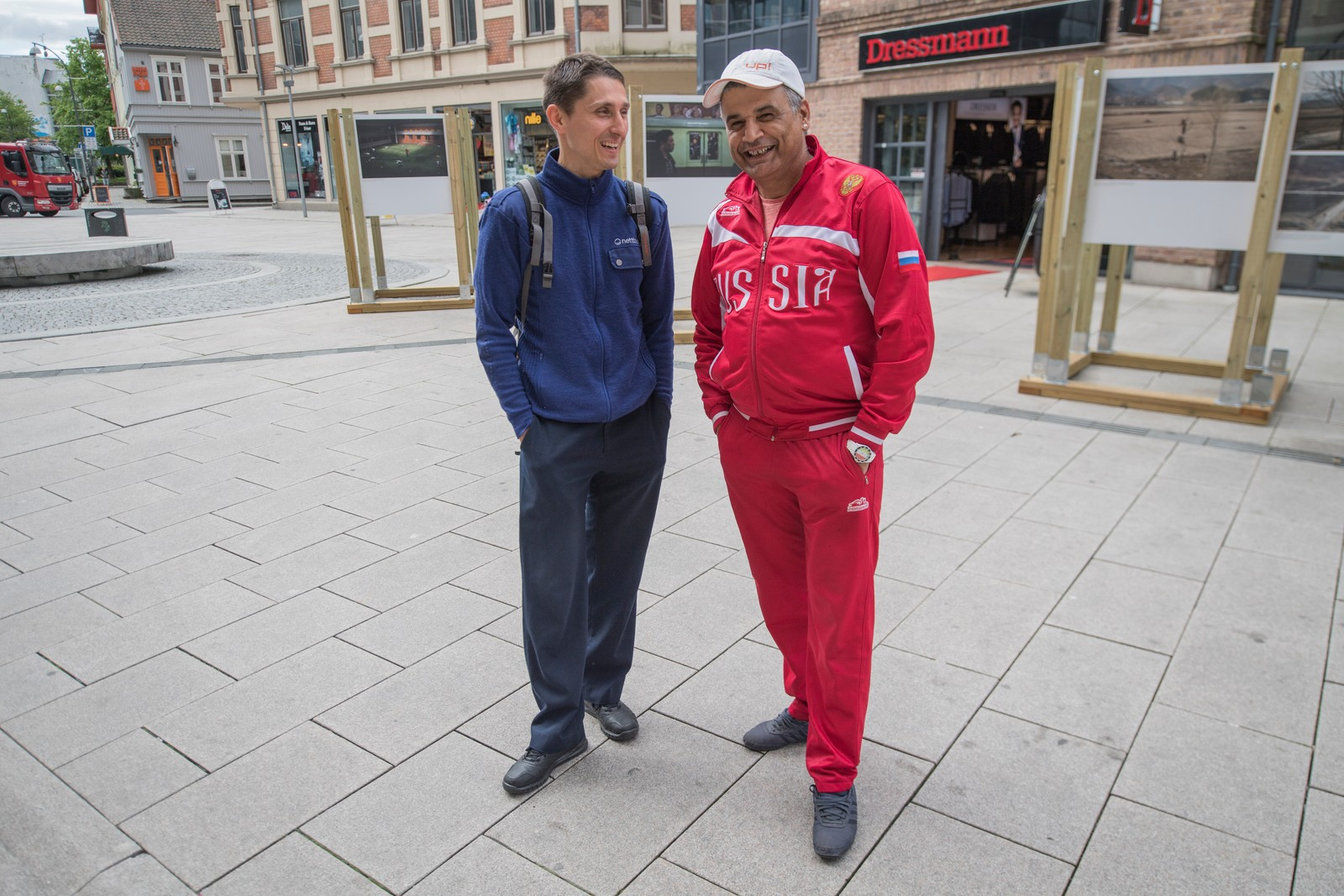 Polske Dominik Kumela og Mounir Ayari, opprinnelig fra Tunisia, er begge skjønt enige om at Fredrikstad er en attraktiv by. De koser seg i sentrum, og håper det blir bedre parkeringsmuligheter i byen. Da kommer enda flere til å være og shoppe i sentrum