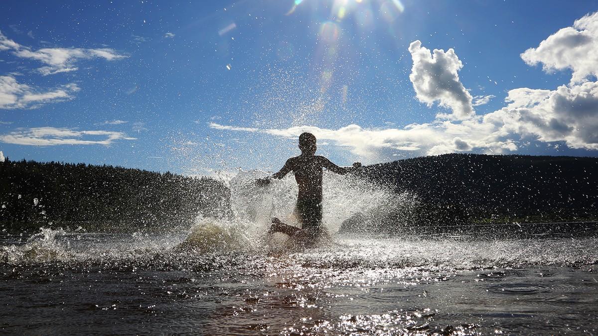 Aleksander (12 år) springer ut i vannet for et herlig sommerbad i Soneren i Sigdal kommune i Buskerud fredag. - Foto: Erik Johansen/NTB scanpix
