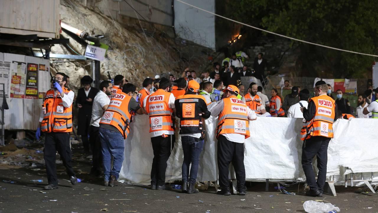 Redningsmannskaper på stedet etter at en tribune raste sammen nord i Israel.