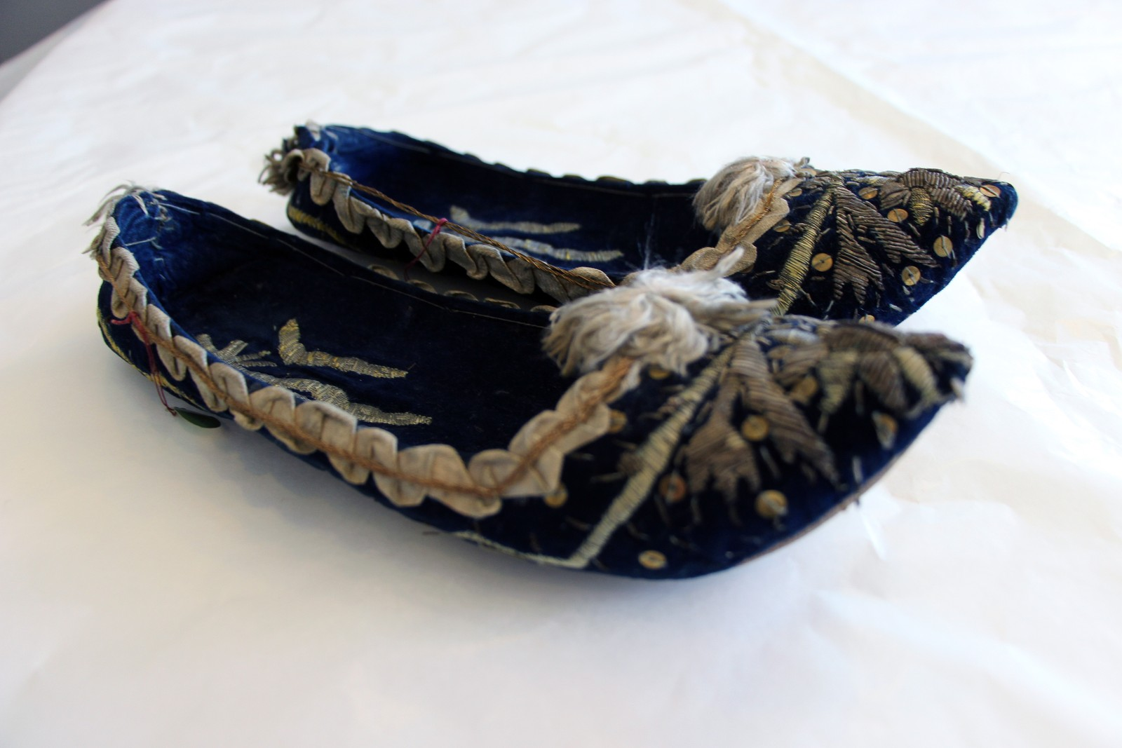 Tøflene er fra første halvdel av 1700-tallet. Trukket med blå fløyel.
