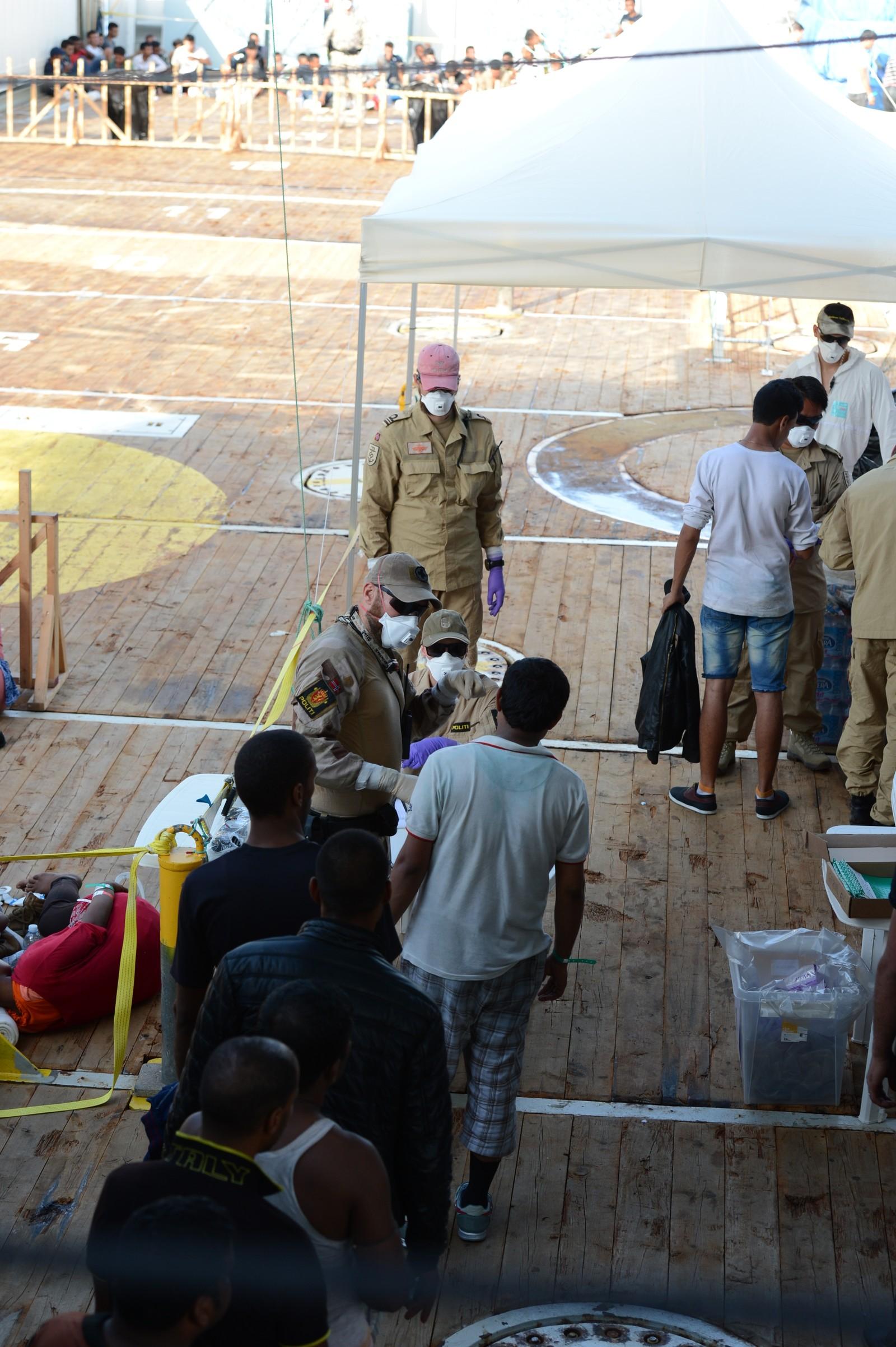 Ombord i Siem Pilot blir alle flyktningene og migrantene registrert.