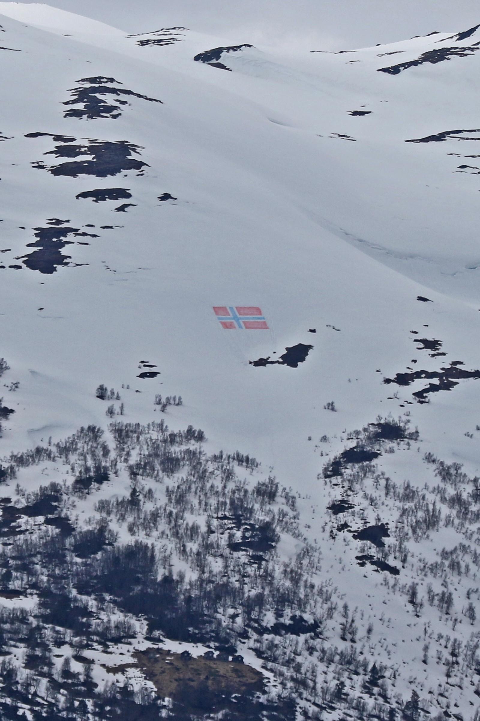 Flagg i snøen i Gloppen.