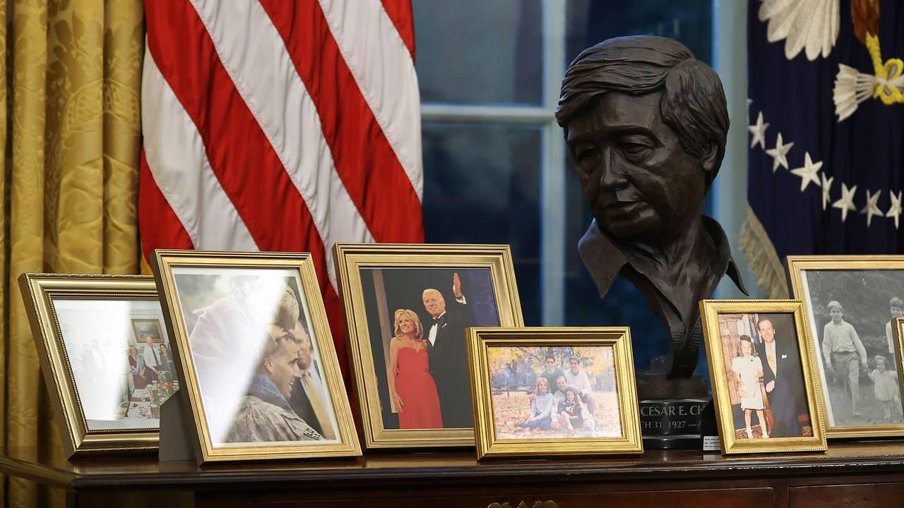 Familiebilder på pulten bak president Joe Biden i Det ovale kontor.