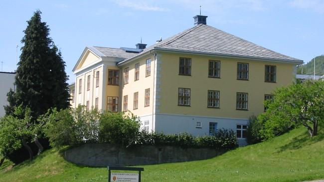 Kommuneadministrasjonen held til i Tinghus I. Foto: Arild Nybø, NRK.