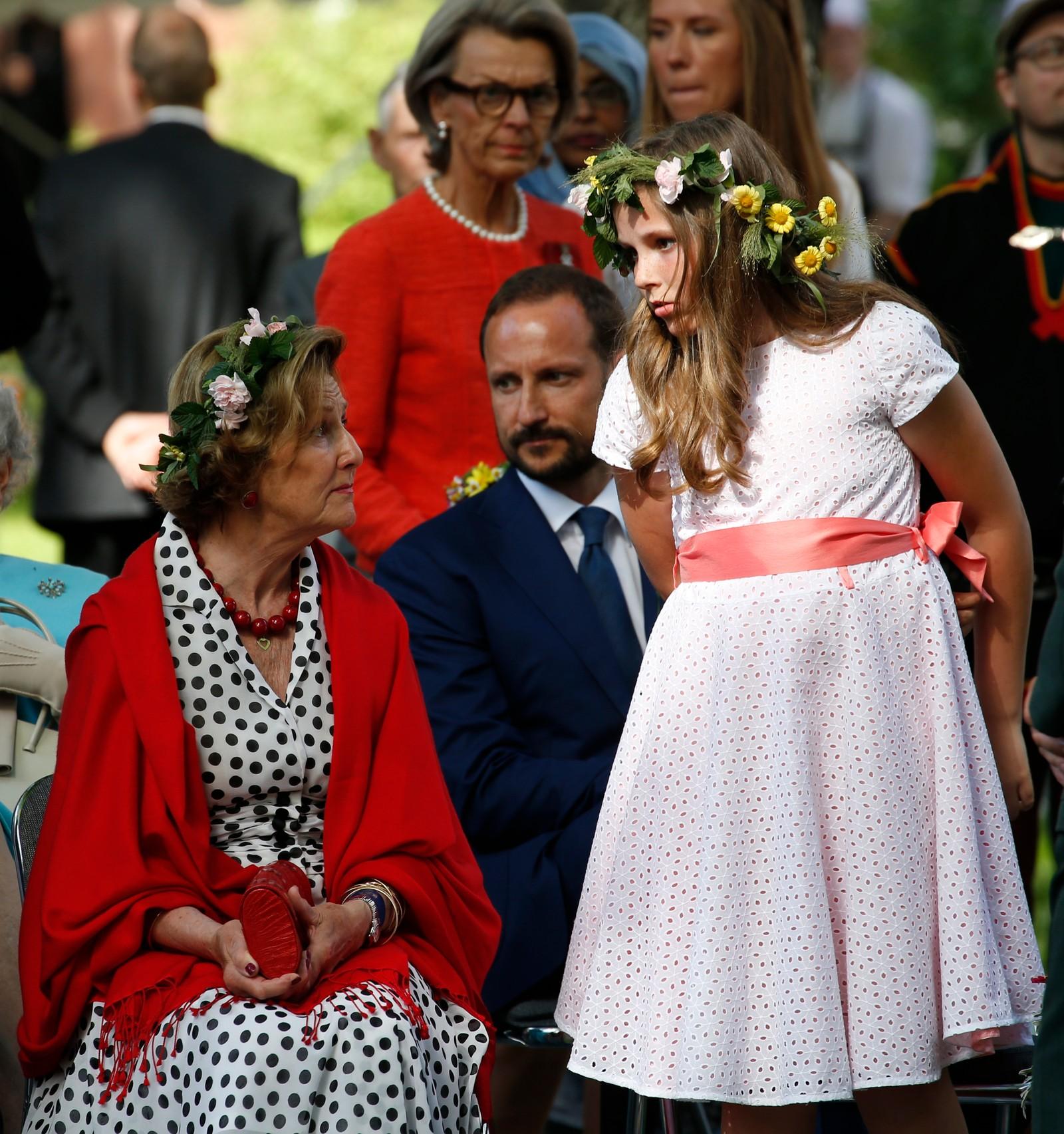 Prinsesse Ingrid Alexandra og dronning Sonja i hageselskapet i Stiftsgården i Trondheim.