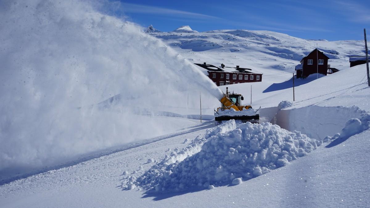 BRØYTING: Sognefjellsveien skal åpne til påske, noe som er nesten tre uker tidligere enn normalt. En av grunnene er at det er mindre snø enn det pleier være i høyfjellet.