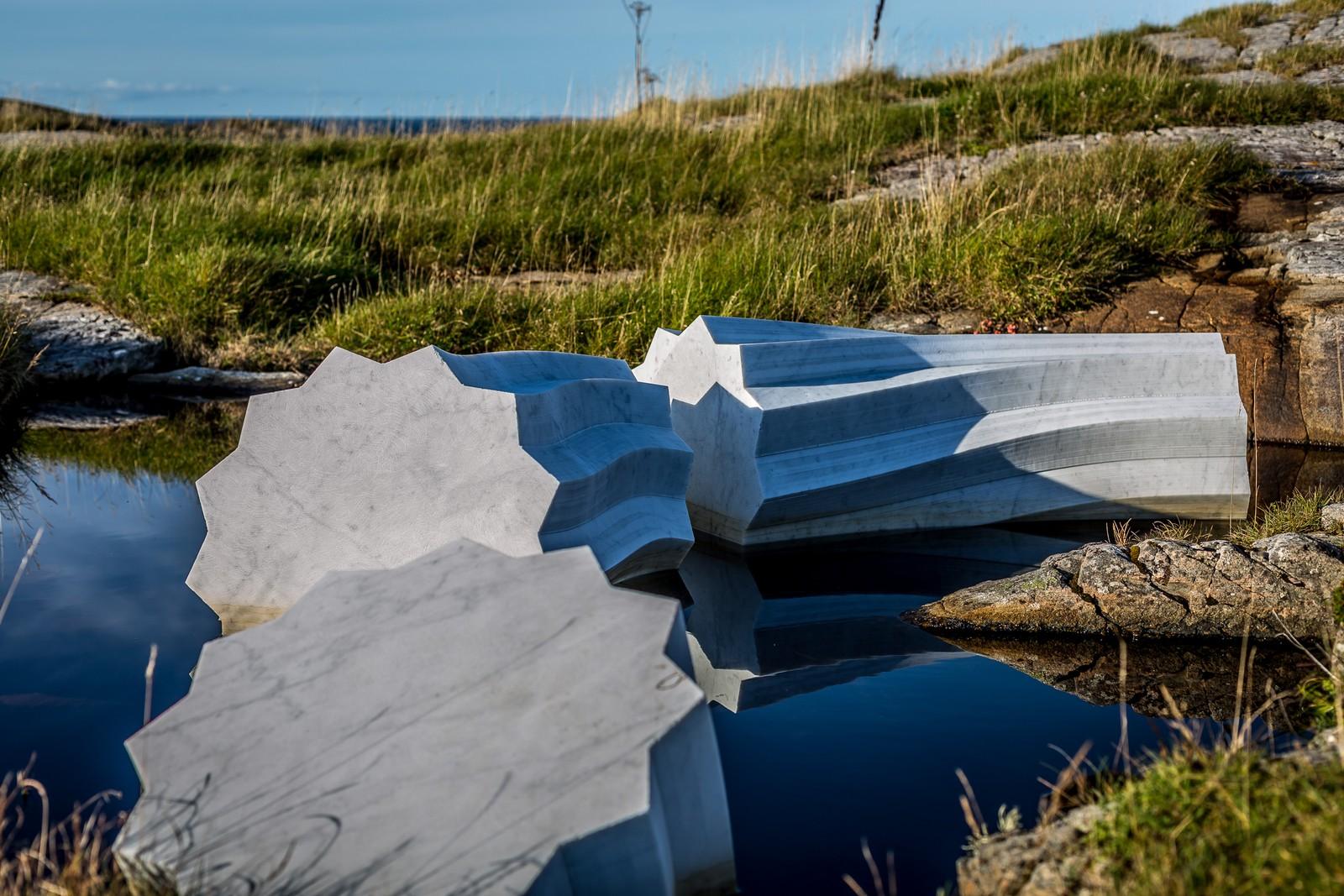 Ormen av italiensk marmor er 90 meter lang og 35 tonn tung.