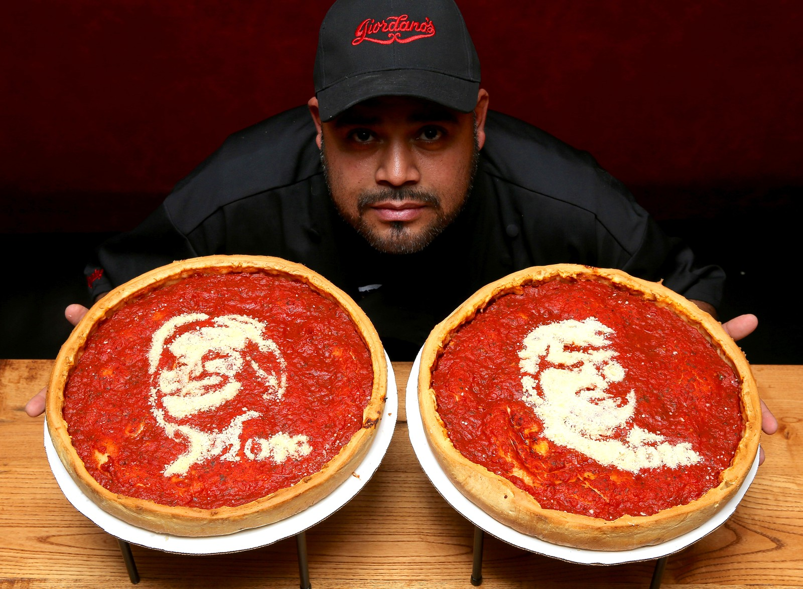 Pizzatryner. Kokken Fabian Martinez brukte debatten mellom Hillary Clinton og Donald Trump som en anledning til å lage disse pizzaene i Chicago i USA.