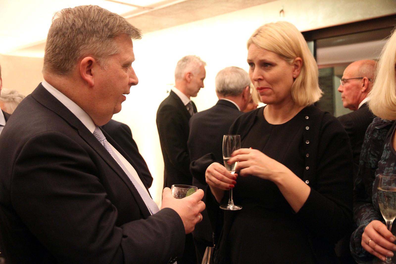 Museumsdirektør Janne Kathrin Leithe (t.h.) i samtale med Atle Hamar.