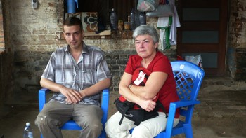 Mathilde Moland sammen med sin draptiltalte sønn Tjostolv i fengselsgården i