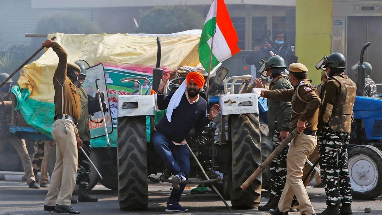 Indisk politi bruker batonger og kjepper mot en demonstrant. Delhi, 26. januar.