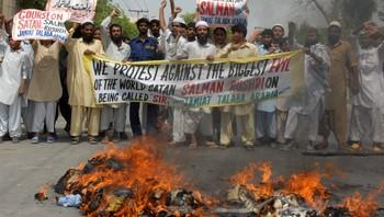 Pakistanske studentar protesterer mot adlinga av Salman Rushdie.