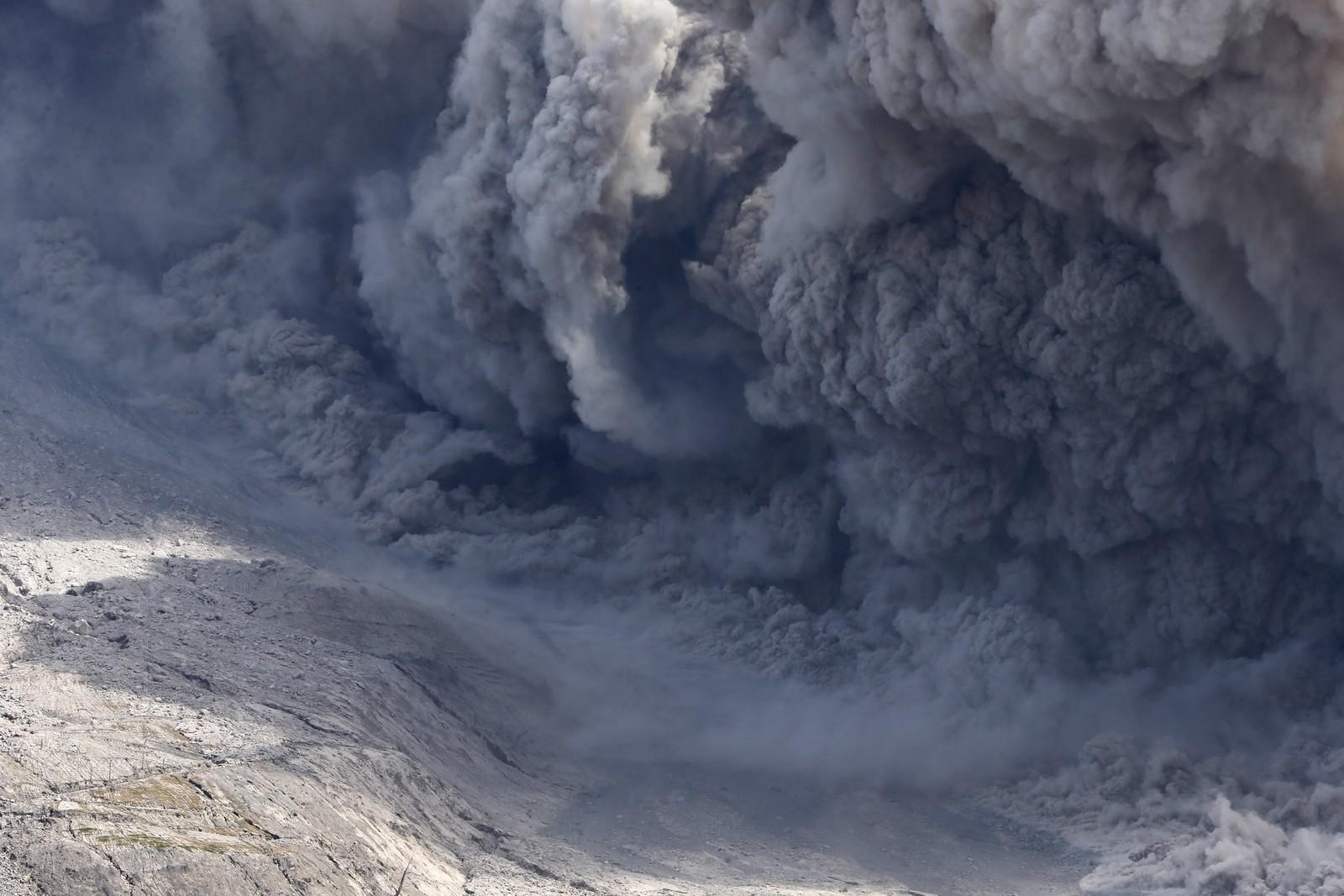 Som følge av et utbrudd kommer det store mengder asle fra fulkanen Mount Sinabung i Indonesia. Bildet er tatt fra byen Tiga Serangkai 24. juni.