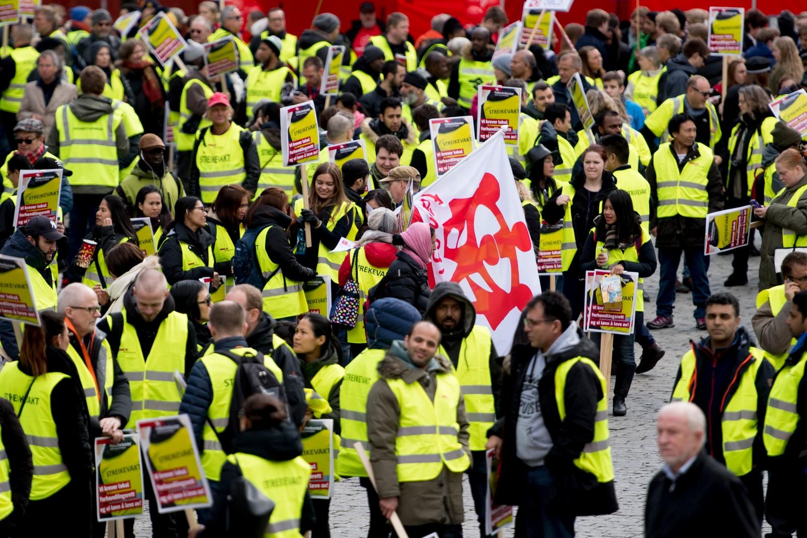 Streikevakter fra Fellesforbundet er til stede under 1. mai-markeringen på Youngstorget i Oslo søndag formiddag. Streiken preget flere av talene på arbeidernes dag.