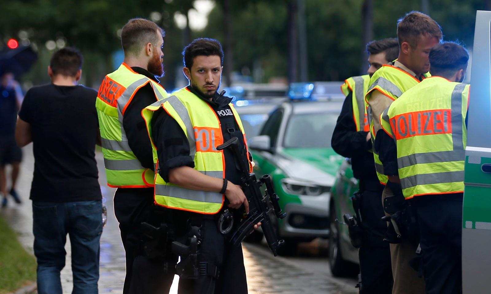 STORE POLITISTYRKER: Store politistyrker leter etter gjerningsmannen i Münchens gater. Her er politi i ferd med å sikre en gate i nærheten av kjøpesenteret.