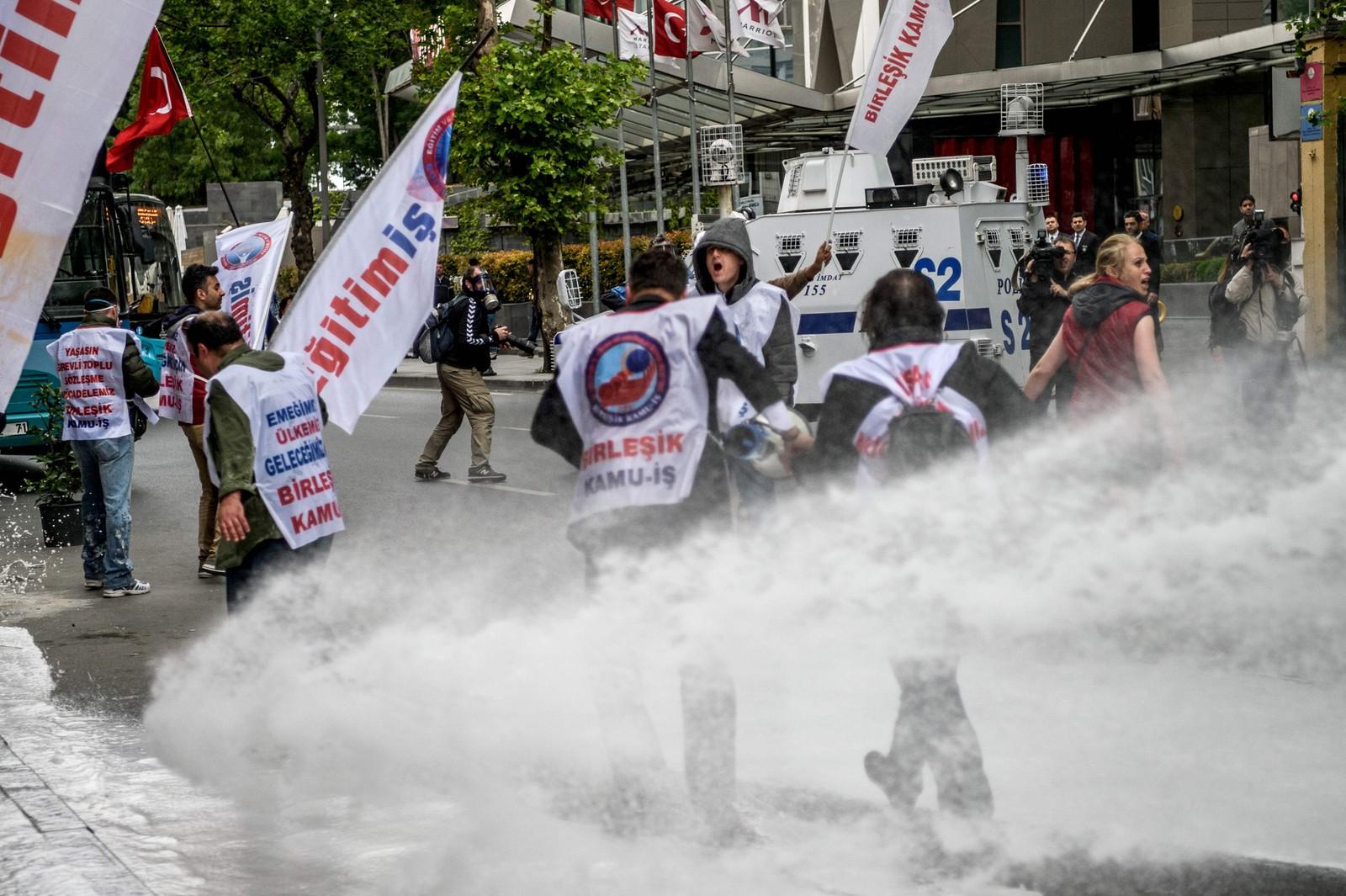 Opprørspoliti bruker vannkanoner mot oppmøtte i bydelen Sisli i Istanbul. Sikkerheten er forhøyet i Tyrkia etter at myndighetene har forbudt markeringer og demonstrasjoner på den kjente Taksimplassen i Istanbul 1. mai.