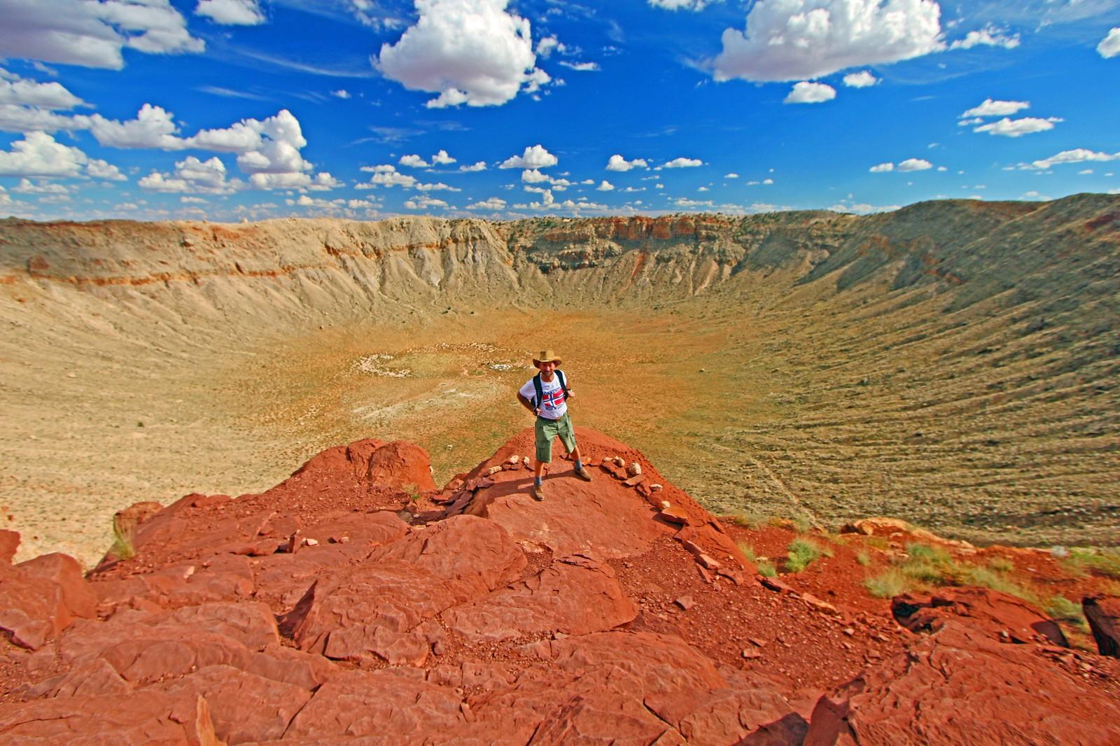 Lewis Houck under geologiske målinger ved Meteor Crater, Arizona (verdens best-bevarte nedslagskrater, diameter = 1,2 km på det bredeste).