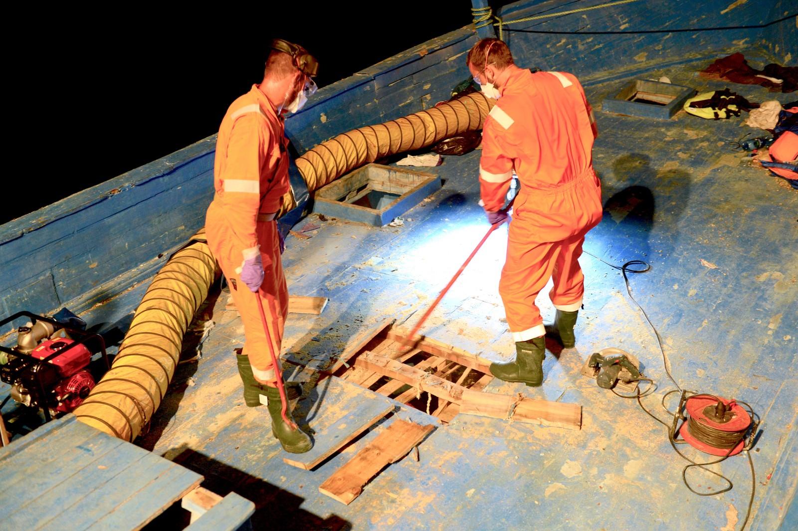 Mannskapet ombord i Siem Pilot måtte skjære seg inn i lasterommet fra dekk ombord i smuglerbåten.
