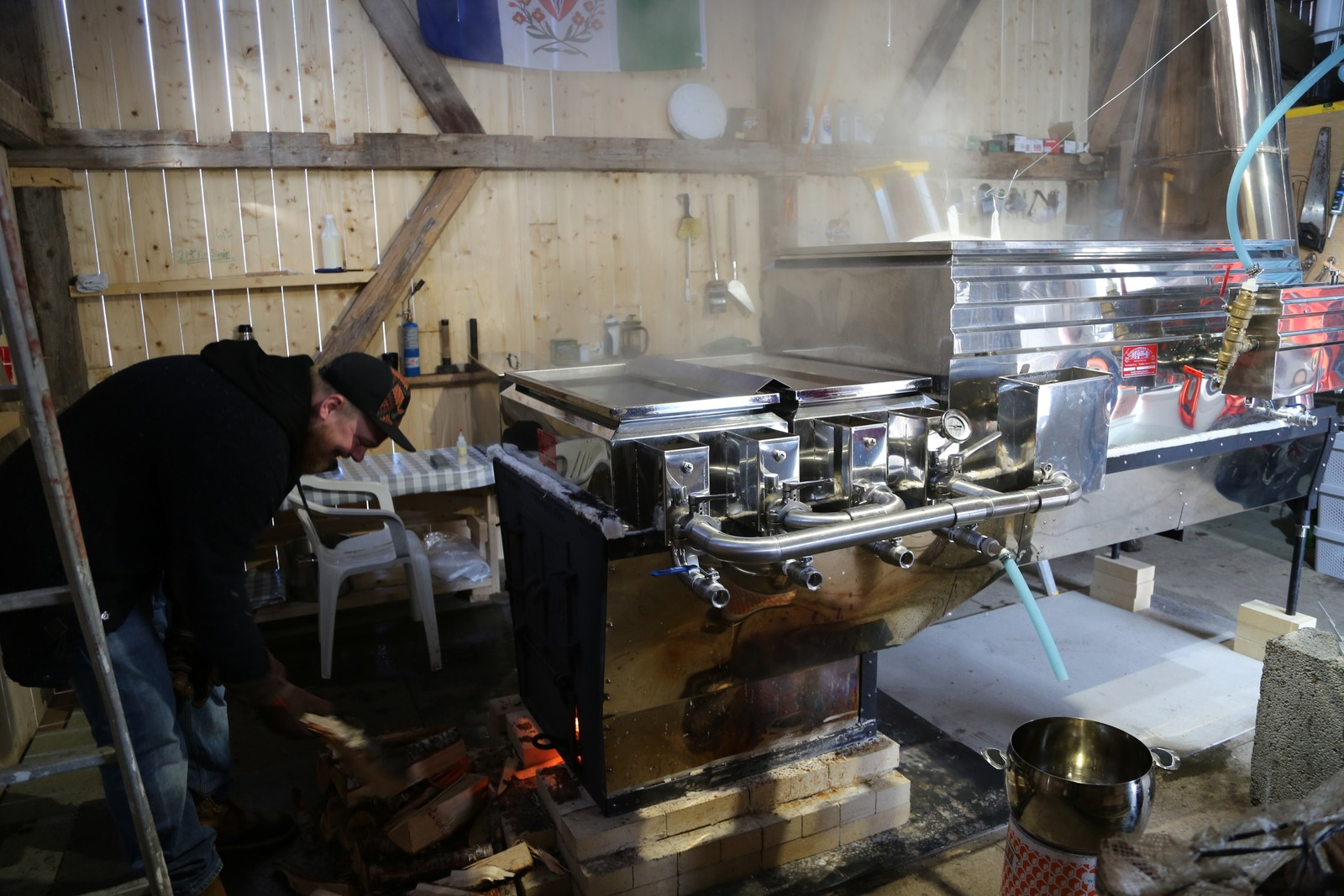 Vik holder fyringa i gang i den store fordamperen. Her kokes opp mot 99 prosent av safta bort. Det som er igjen er sirupen.