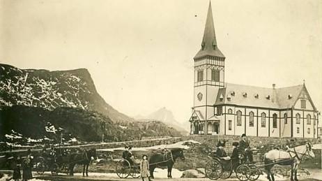 KIRKA: Vielsen skjedde i kirka i Kabelvåg. Et par timer senere omkommer brudeparet i forlis. Prospektkort fra 1914.