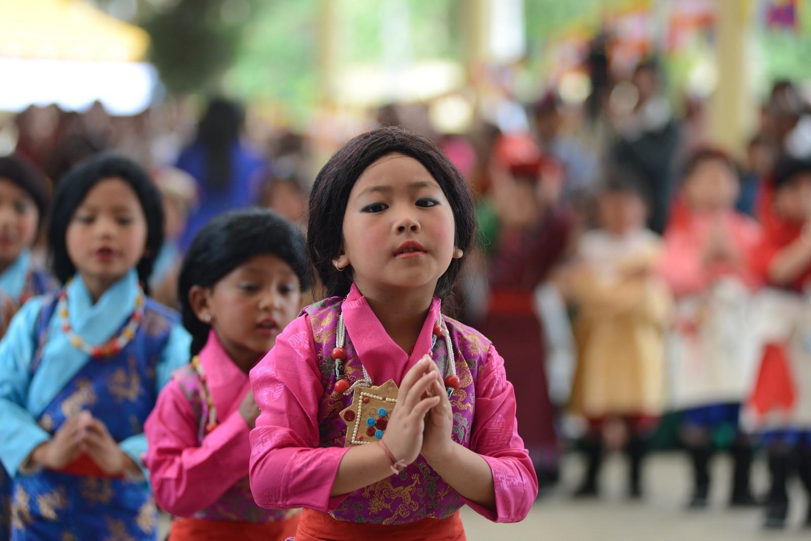 Tibetanske barn i eksil deltar i feiringen av Dalai Lamas 80-årsdag ved Tsuglakhang-tempelet i McLeod Ganj i India 6. juli.