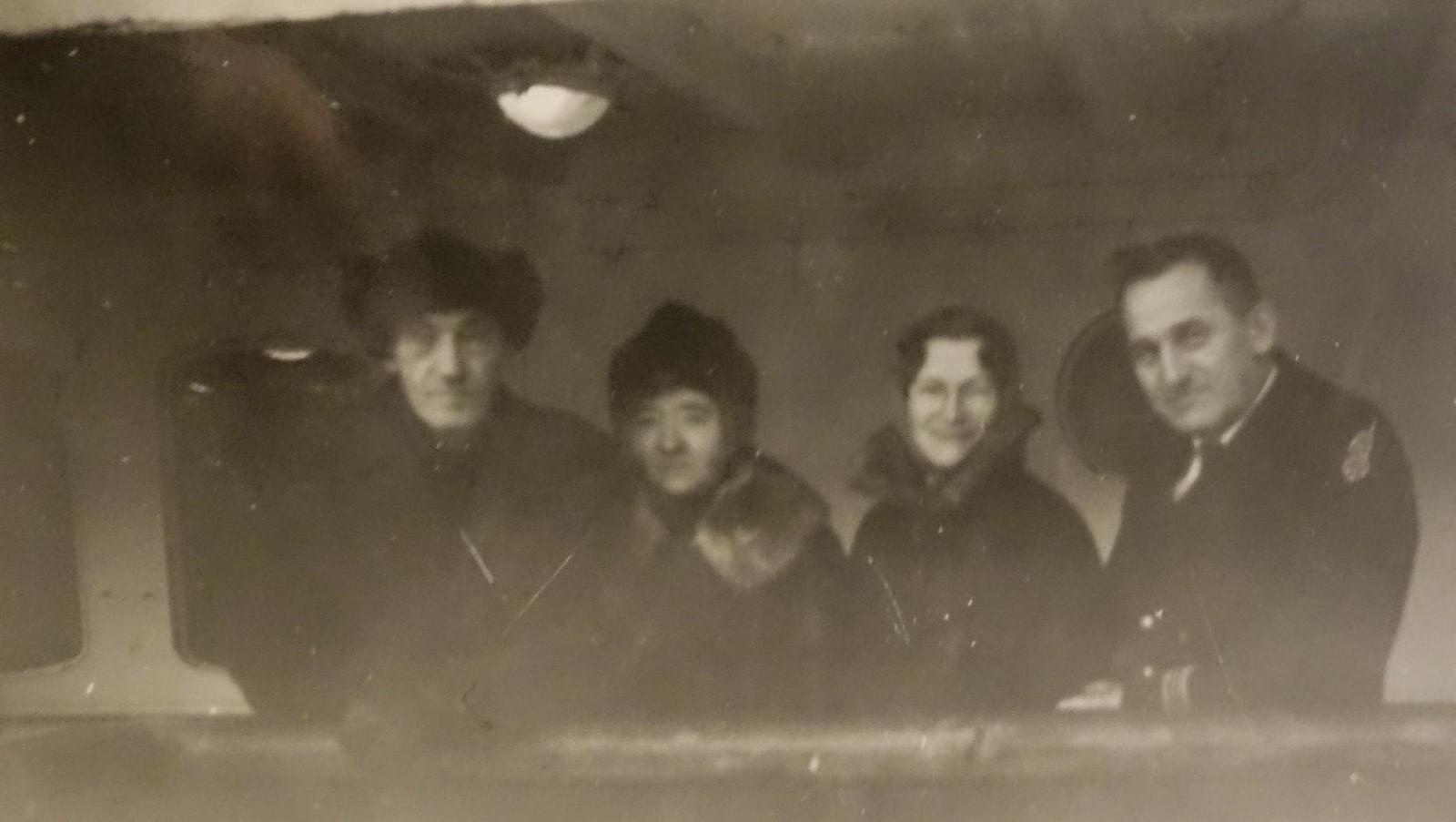 – Siste bilde av vår kjære bror, noterer farfar i almanakken. Fritjof og Anna står til venstre på hurtigruta. De er på vei fra sykehuset i Tromsø til Båtsfjord, for at Fritjof skulle dø hjemme etter at legene ikke kunne gjøre mer for kreften hans.