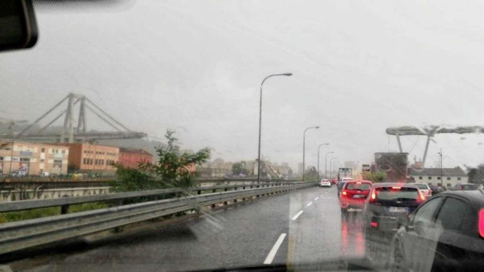 Motorveibro i utkanten av Genova etter at den raste sammen.