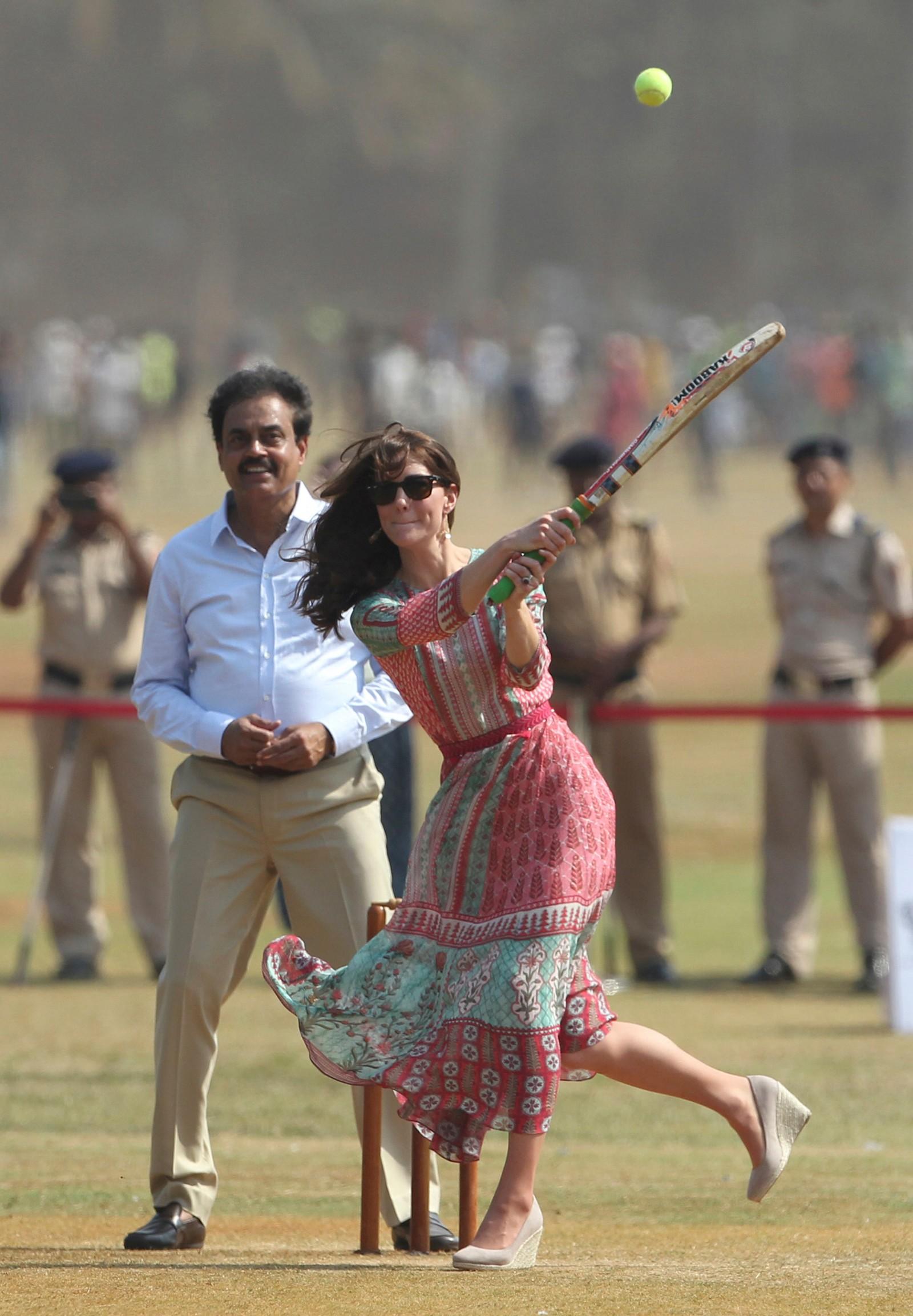 SPORTSLIG ANLAGT: Kate, hertuginnen av Cambridge, spiller cricket i Mumbai i India, mens tidligere landslagskaptein, Dilip Vengsarkar, ser på. Prins William og kona er på besøk i India denne uka.