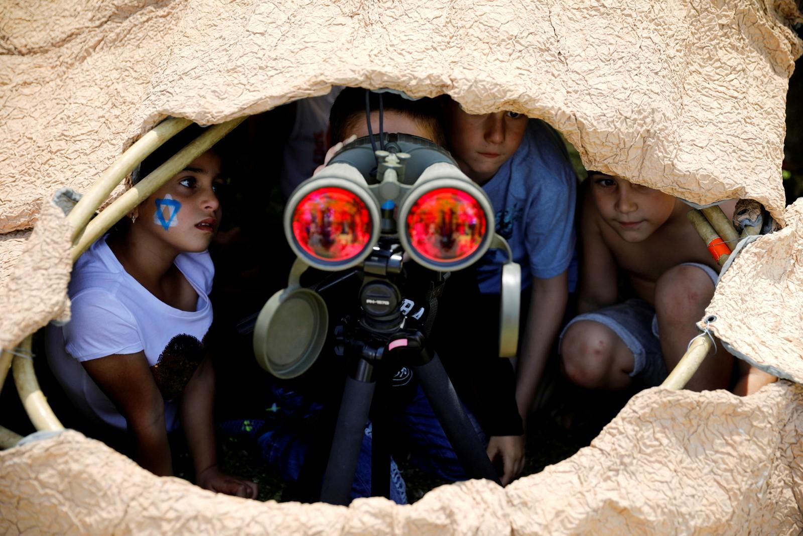 Israelske barn får prøve forsvarets kikkert under feiringen av nasjonaldagen.