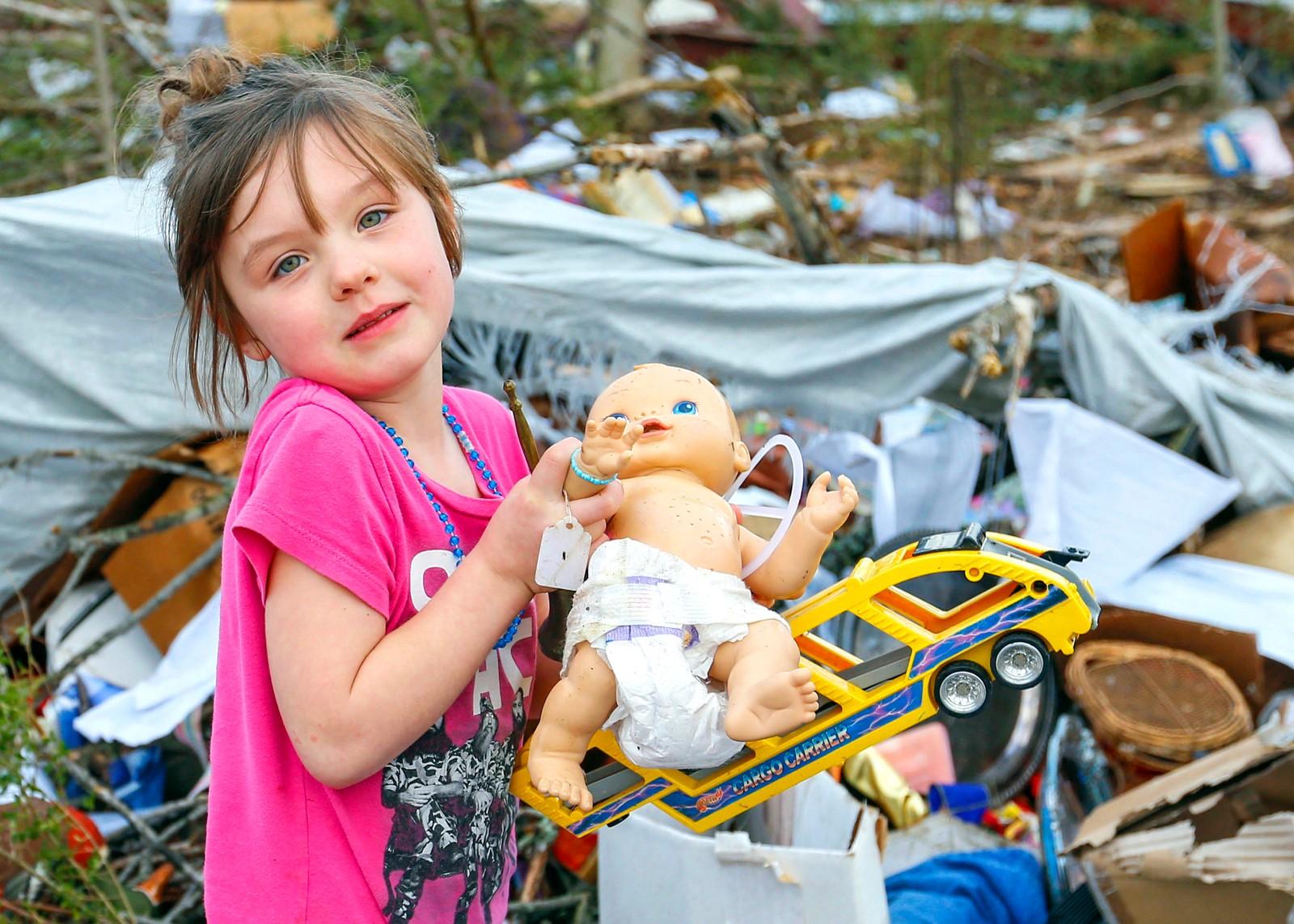 Fem år gamle Serenity Brooks prøver å finne de kjæreste eiendelene sine etter at en tornado ødela hjemmet hennes i Rosalie i Alabama i USA.