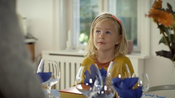 Dansk dramaserie. Når mamma drar for å handle hjelper Ida henne med husarbeidet. Det går ikke helt som det skal.