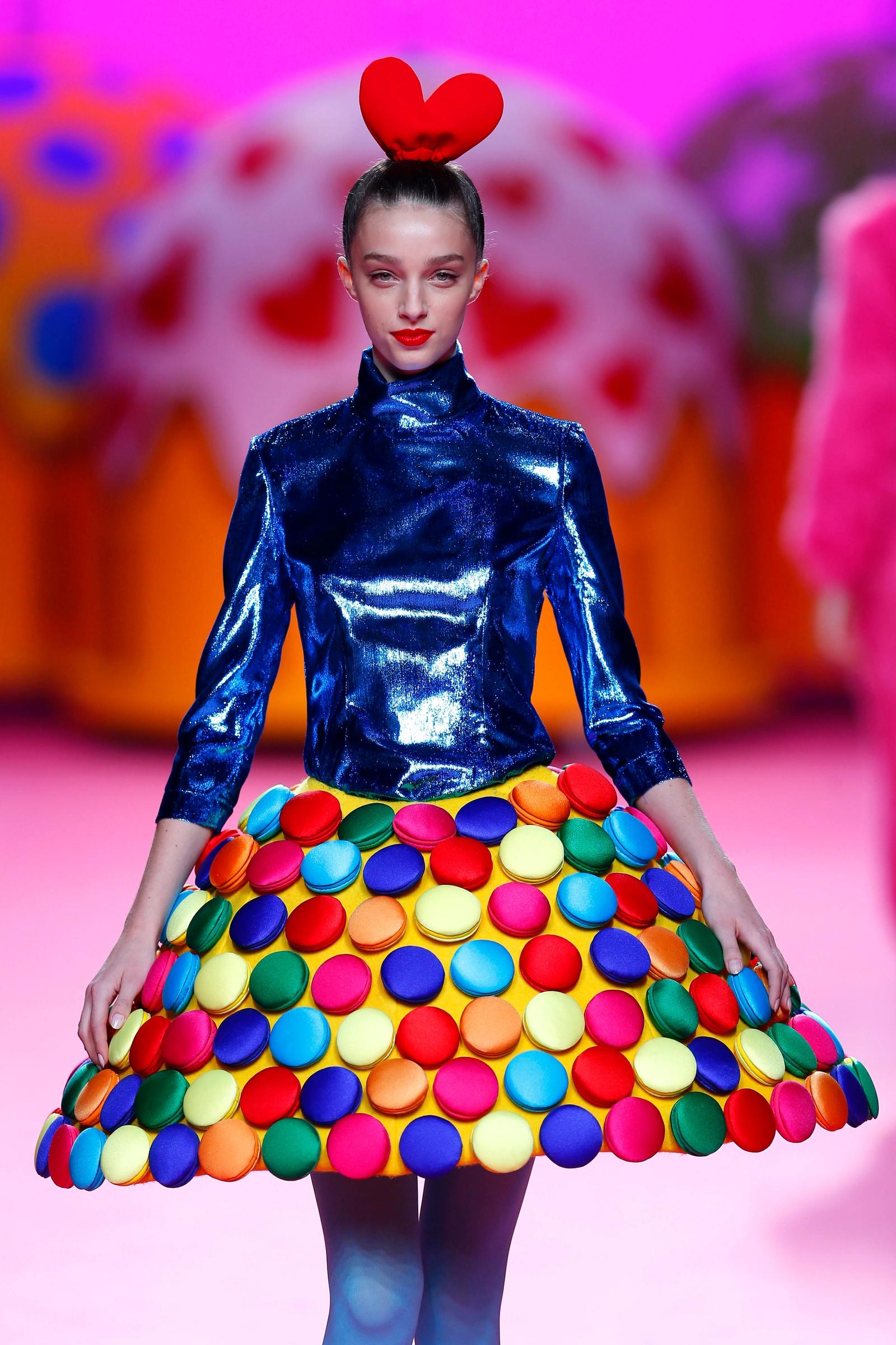 En modell viser oss hva som gjelder høsten 2017/vinteren 2018. Klærne er laget av Agatha Ruiz de la Prada og ble vist fram i Madrid i Spania.