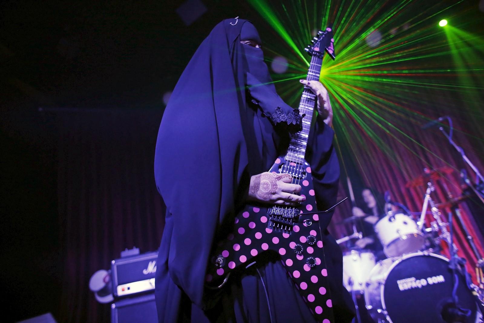 Gisele Marie, noe så sjelden som en muslimsk kvinnelig heavy metal-gitarist, spiller på sin Gibson Flying V under en konsert i Sao Paolo, Brasil. Marie konverterte til Islam da faren døde og er frontfiguren i brødrenes band Spectrus.