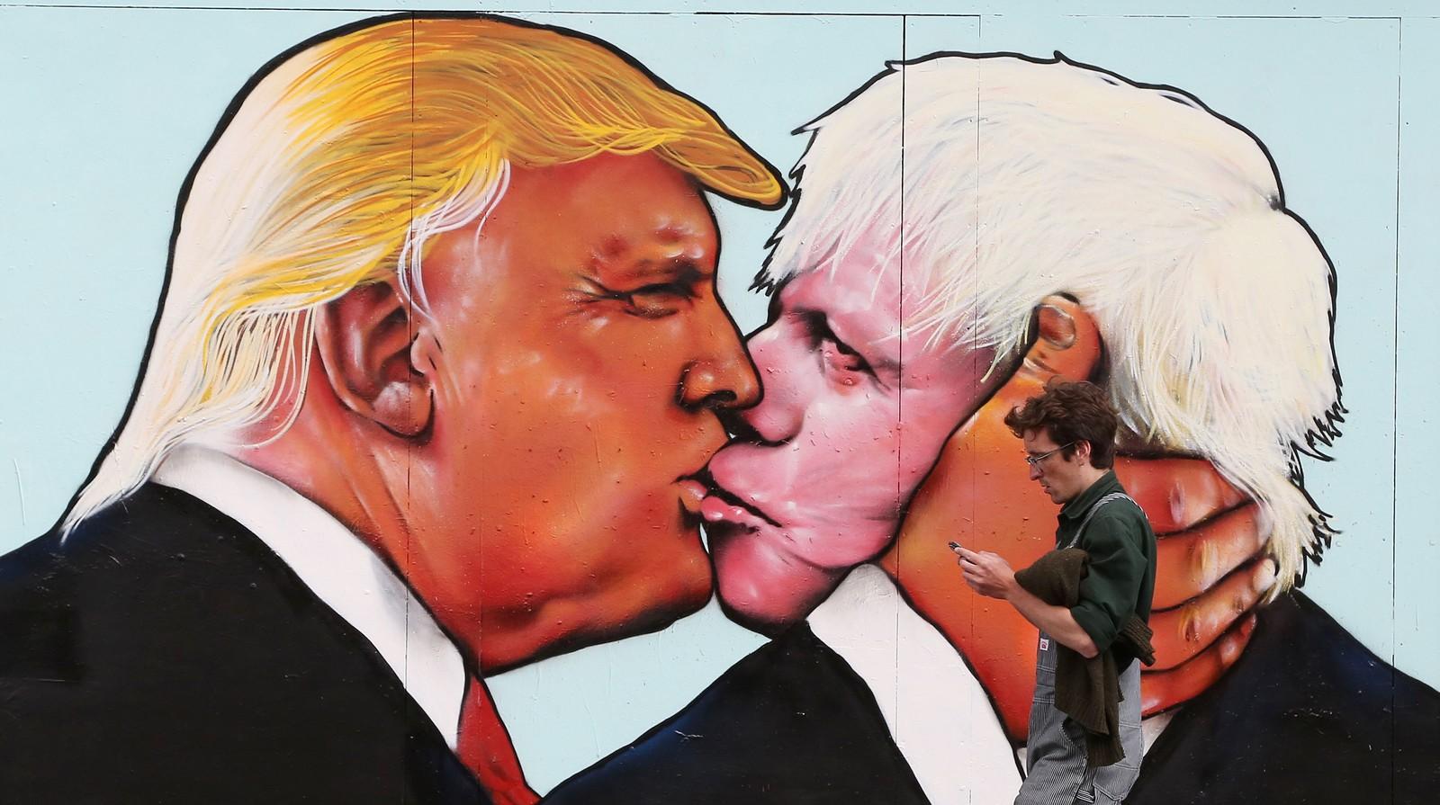 Britiske EU-tilhengere sto bak dette kunstverket i Bristol denne uka. Bildet, som minner om det legendariske Bresjnev-Honecker-bildet fra Berlin-muren, viser EU-moststanderne Donald Trump og Boris Johnson i samme positur.