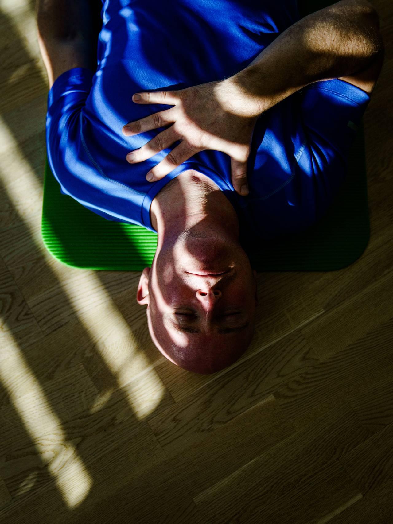 Morten Møller lærer yoga