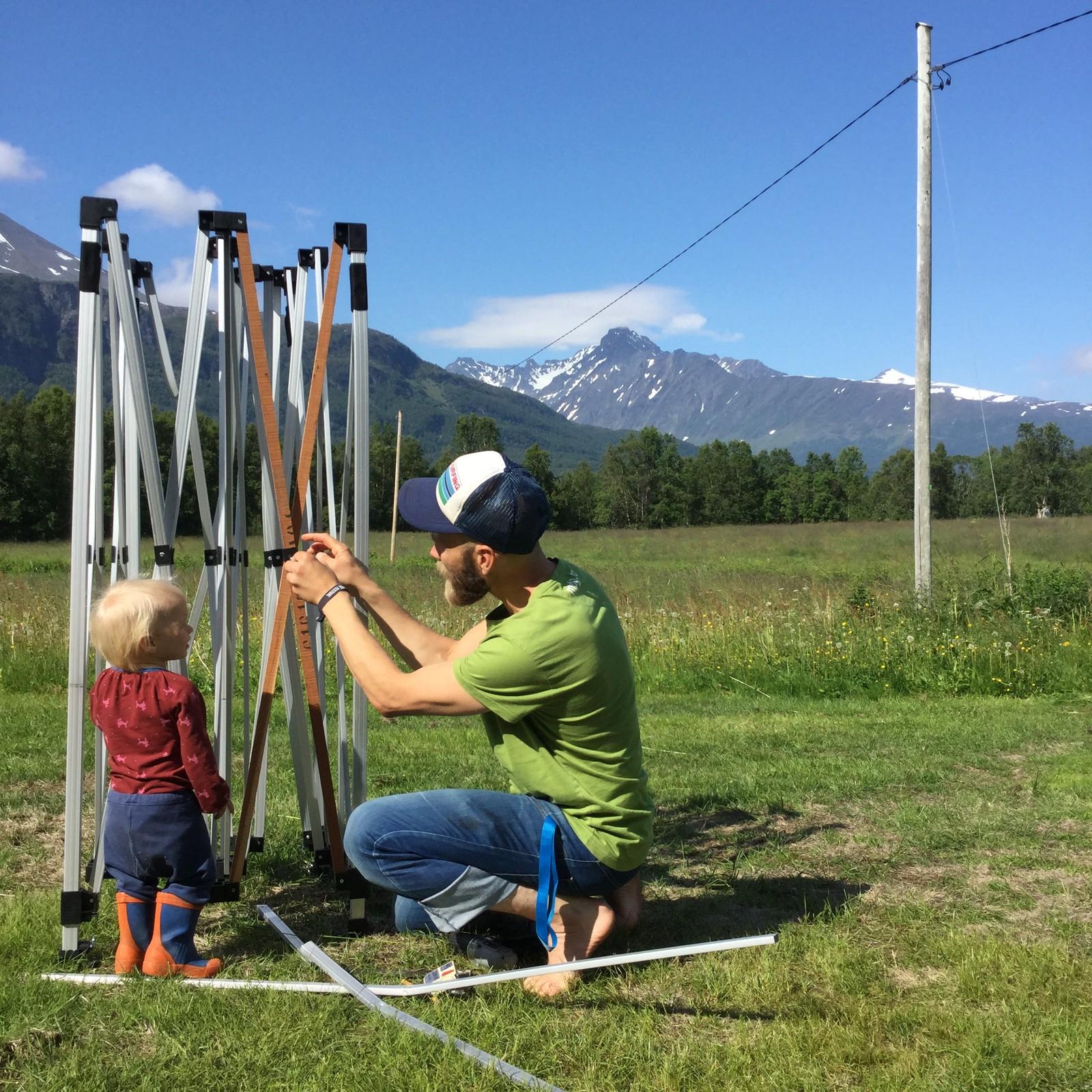 Mikal reparerer De Grønnes-telt sammen med sin niese i sommer.