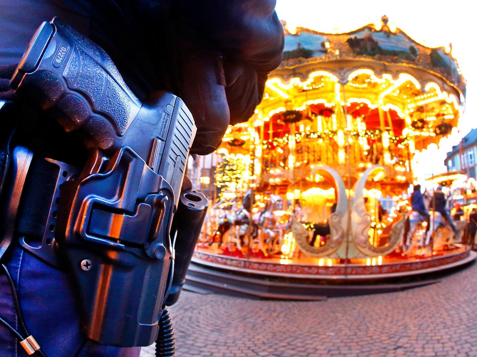 En tysk politimann holder vakt ved en karusell i Hamburg dagen etter at en lastebil kjørte inn i en folkemengde på et julemarked i Berlin.