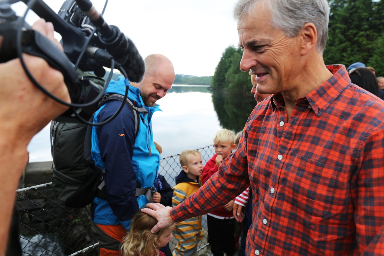 Jonas Gahr Støre lekte gjemsel med barn fra studentbarnehagen i Djupadalen i Haugesund.