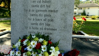Minnemonument for offera etter terroråtaka vart avduka i Stryn