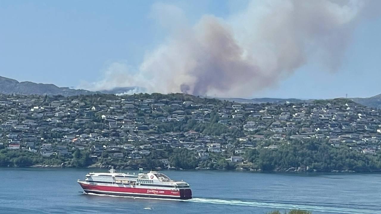 Brannen sett fra Fæsteråsen i Bergen