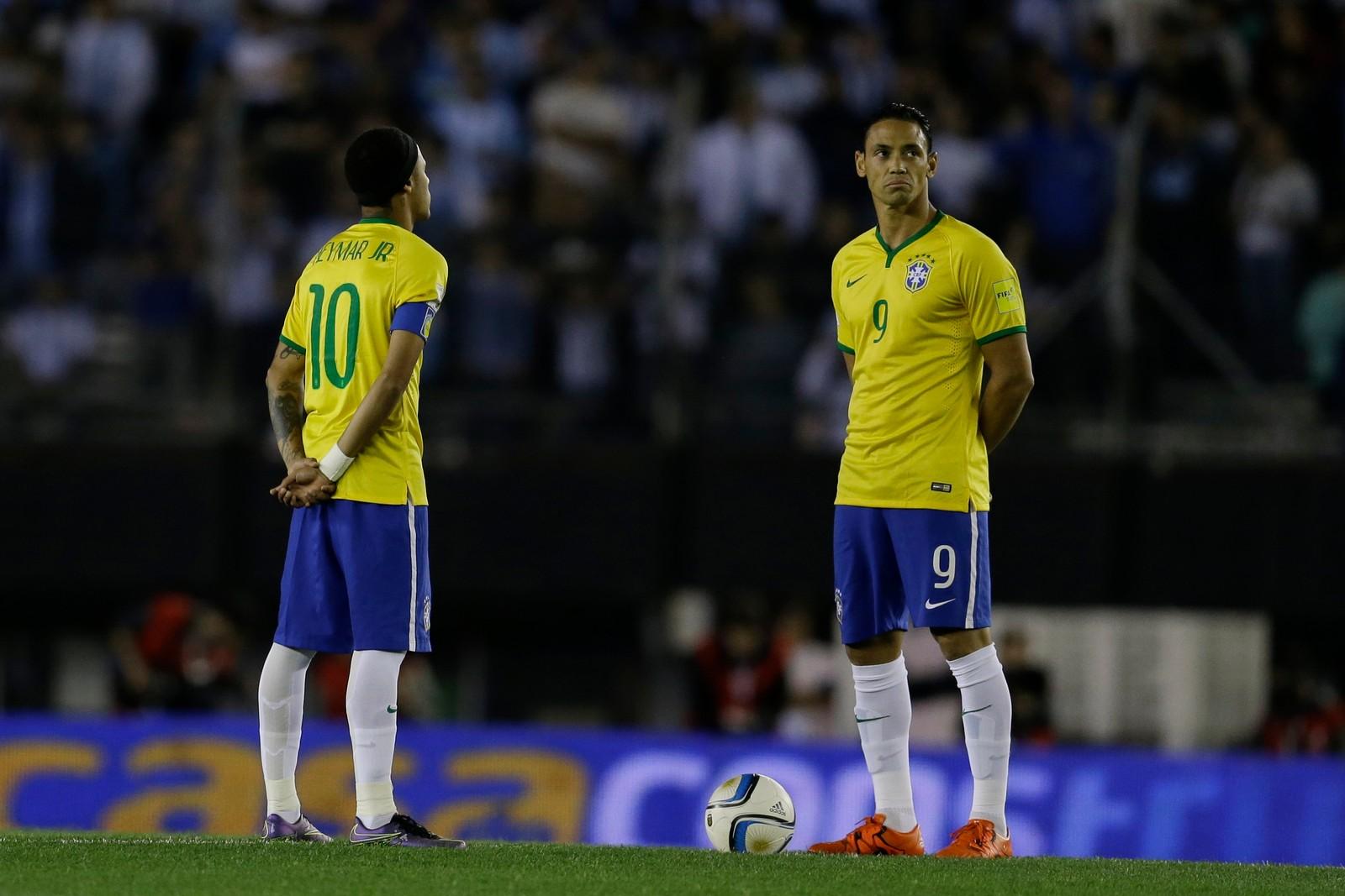 Kampen mellom Argentina og Brasil startet med ett minutts stillhet - til minne for ofrene i Paris. Her med de brasilianske landlagsspillerne Neymar og Ricardo Oliveira.