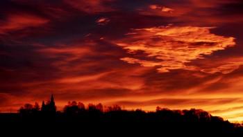 Rød soloppgang over Nittedal kirke