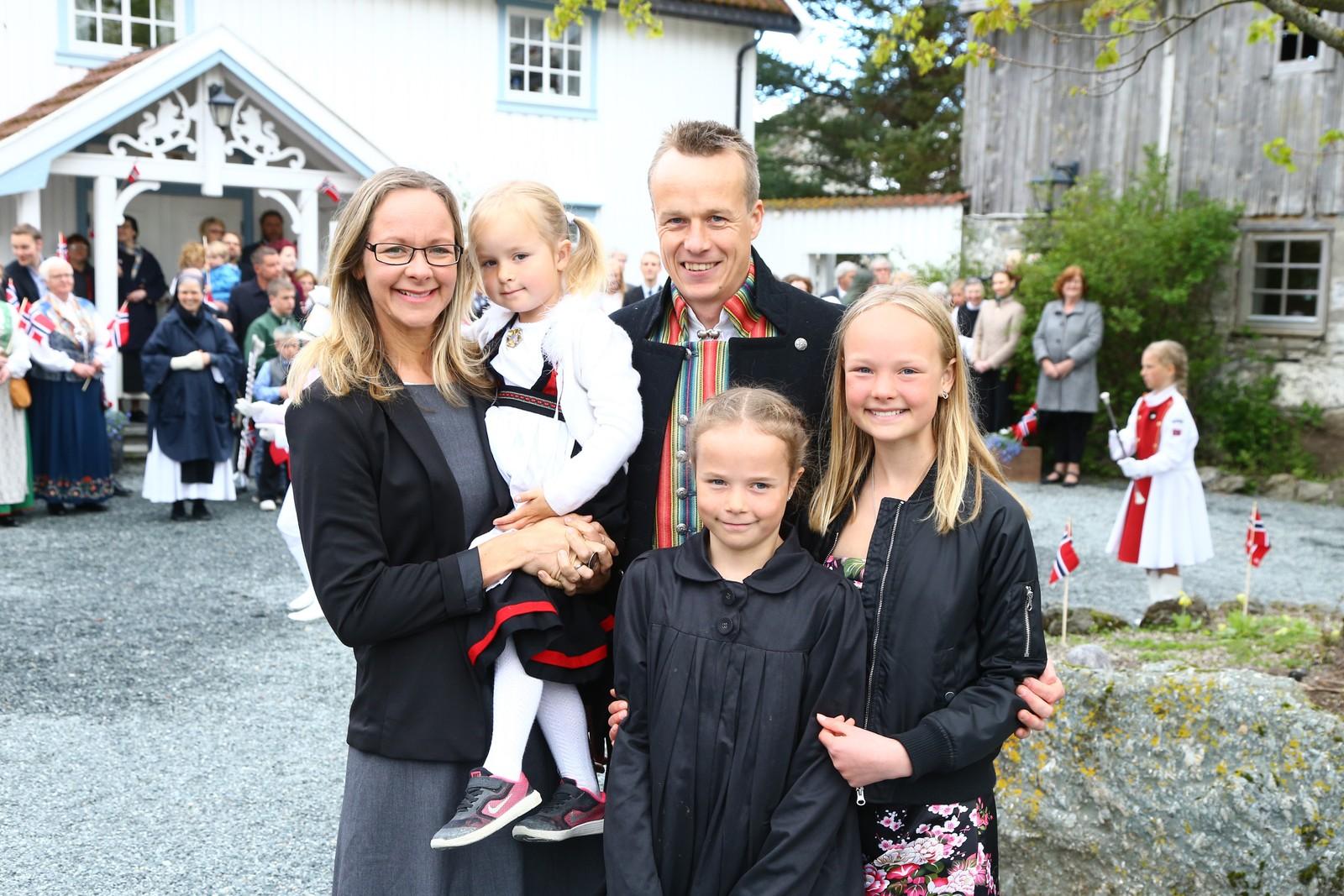 Familien Lien feirer 17.mai med frokost på Klostergården på Tautra.
