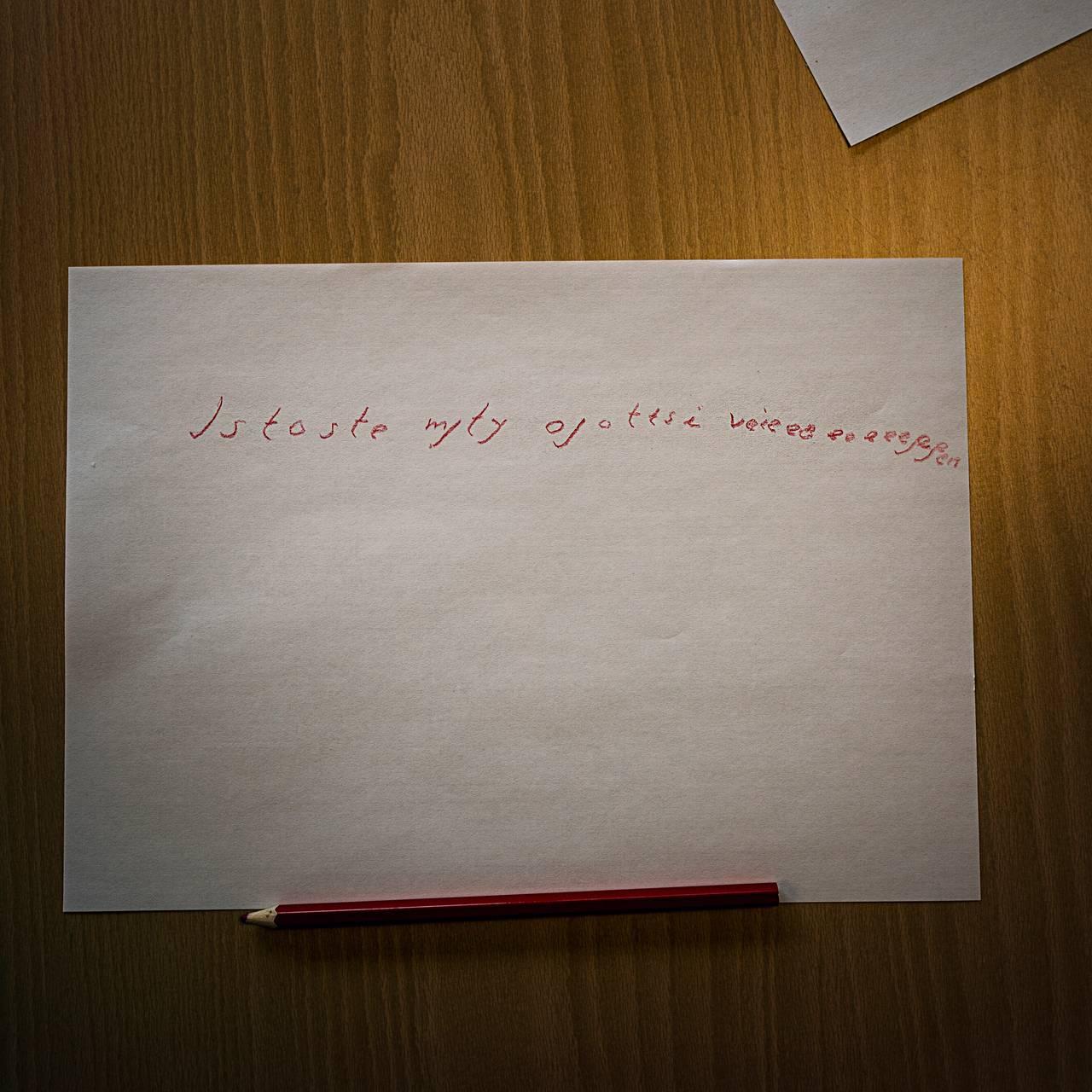 """En av beboerene på Silurveien har forsøkt å skrive et kjærlighetsbrev. Teksten lyder """"Istoste myty ojottti veiegegggegggegg"""""""