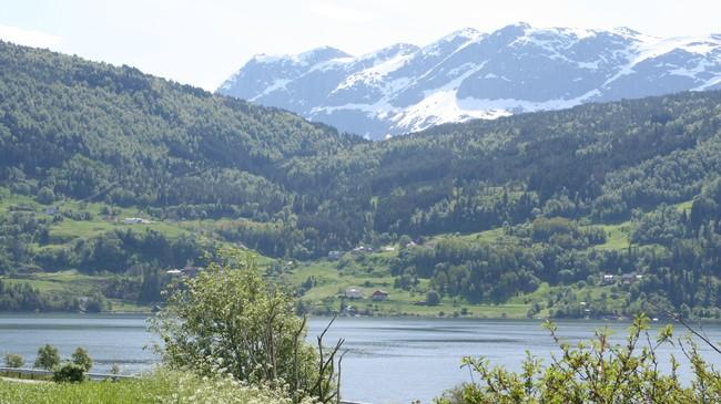 Posten vart boren over Hundeidskaret midt på biletet ned til Hundeide, derifrå rodd i båt over Eidsfjorden til Naustdal.