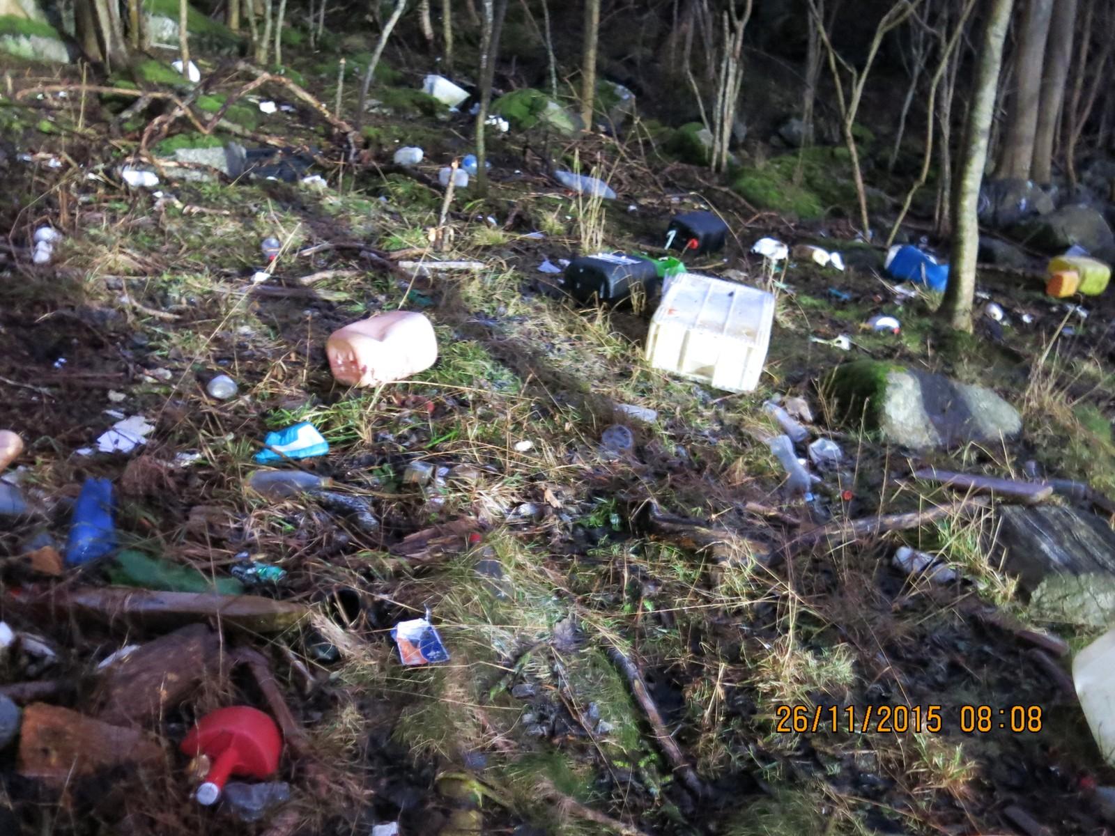 Søppelet blir drege langt opp på land.