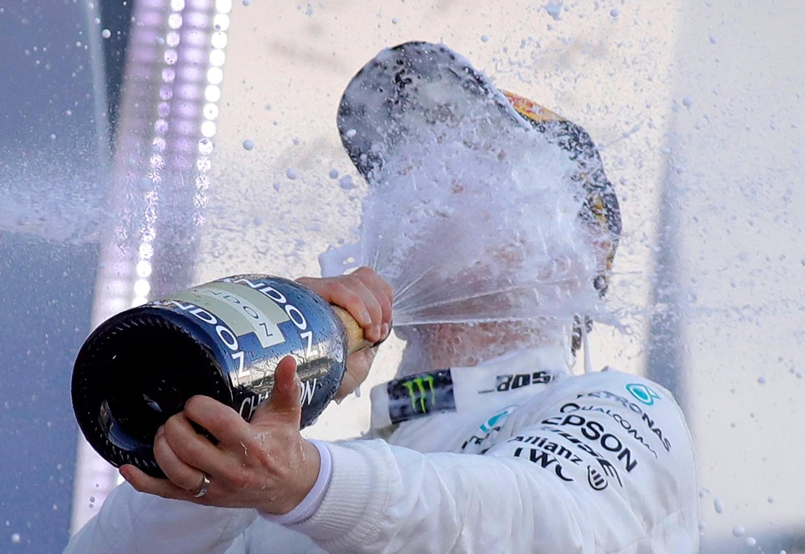 Finske Valtteri Bottas sløser med godsakene etter å ha vunnet sitt første formel-1 løp noensinne i Sotsji i Russland.